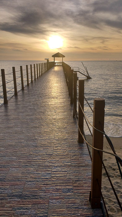 Sunset at the pier of Pentai Kerachut (Penang National Park) Malaysia[:]