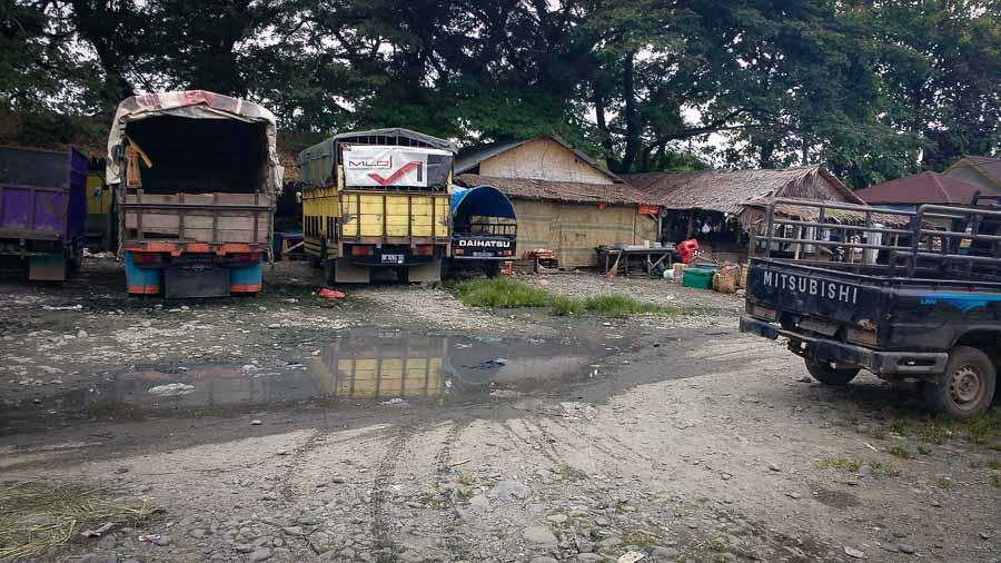Estación de autobuses de Bukit Lawang para ir a Medan Sumatra bus station two days trekking orangutans