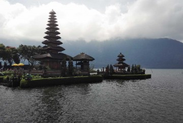 [:es]Templo Pura Ulun Danu sobre lago Batran en Bali Indonesia[:en]Pura Ulun Danu Temple on Lake Batran in Bali Indonesia[:]