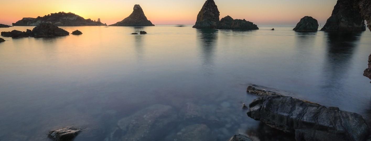 [:es]Amanecer en la Riviera dei Ciclopi en Aci Trezza Sicilia[:en]Sunrise on the Riviera dei Ciclopi in Aci Trezza Sicily[:]