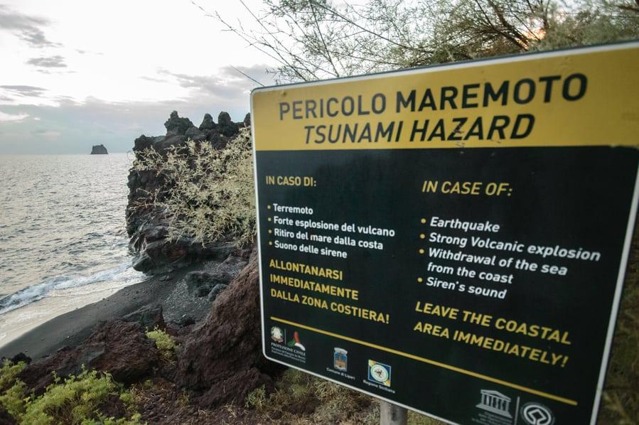 Cartel explicativo del plan de acción en caso de maremoto Stromboli Sicilia Italia