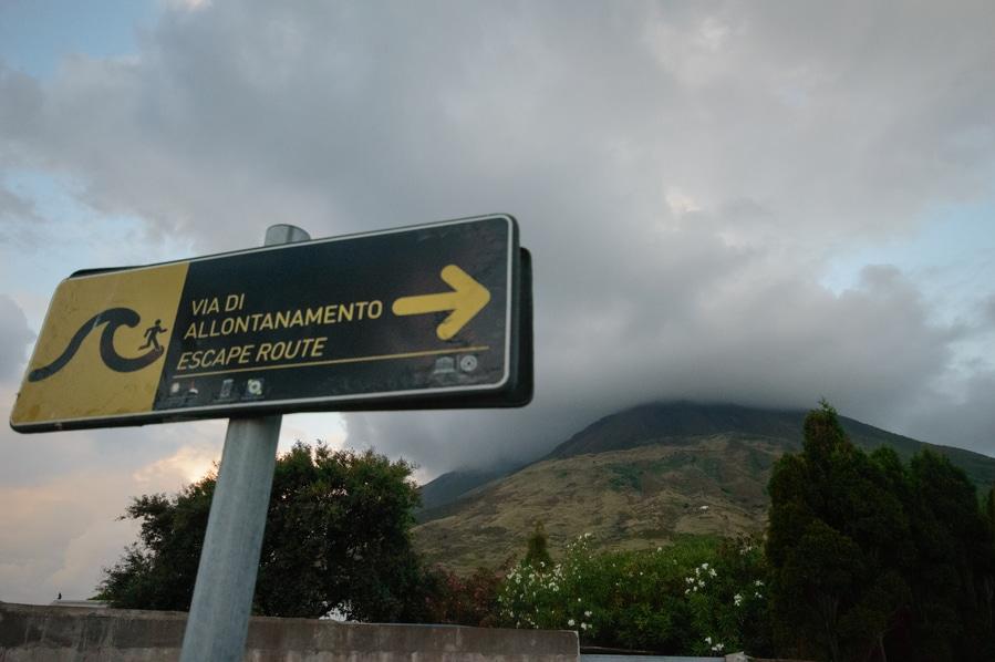 Cartel Vía de Escape en caso de terremoto Stromboli Sicilia Italia