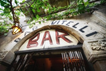 [:es]Entrada al Bar Vitelli en Savoca en Sicilia Italia[:en]Entrance to the Bar Vitelli in Savoca in Sicily Italy[:]