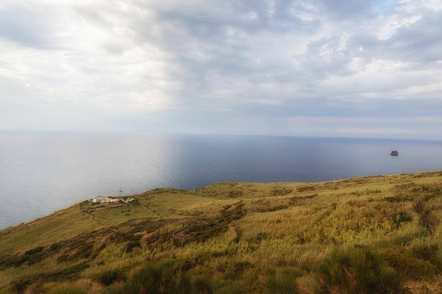 Osservatorio y Strombolicchio visto desde el camino de la Sciara del Fuoco Stromboli Sicilia Italia