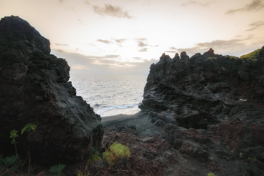 Acceso a la playa de la grotta d'Eolo Stromboli Italia Sicilia donde encontrar las mejores playas