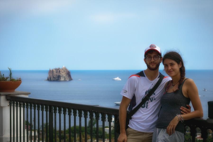 Dani y yo en el mirador de la Parrocchia S. Vincenzo Ferreri con el Strombolicchio de fondo Stromboli Sicilia Italia