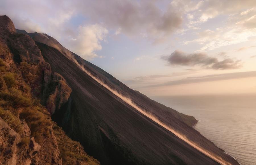Vistas desde el mirador de la Sciara del Fuoco volcán Stromboli Sicilia Italia