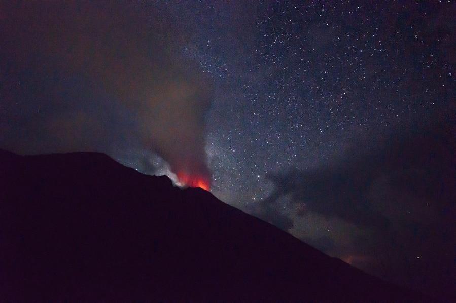 Foto del fuego del volcán Stromboli Sicilia Italia