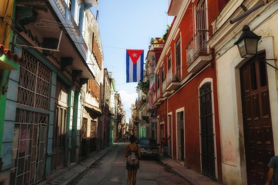No te puedes perder de la Habana. calle estrecha la Habana vieja Cuba