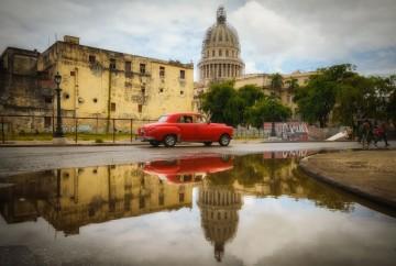 [:es]coche rojo reflejo capitolio la Habana centro cuba[:en]Red car reflection capitolio centro havana[:]