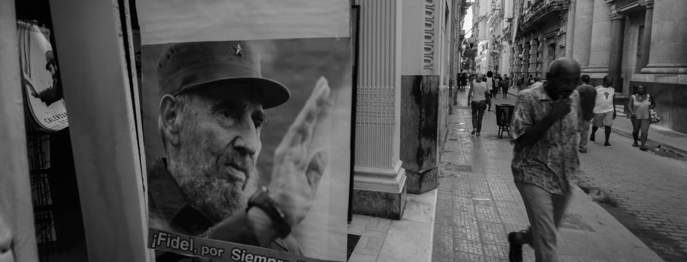 [:es]habana vieja cartel fidel blanco y negro fotografia la habana cuba[:en]Havana old poster black and white fidel photography havana cuba[:]