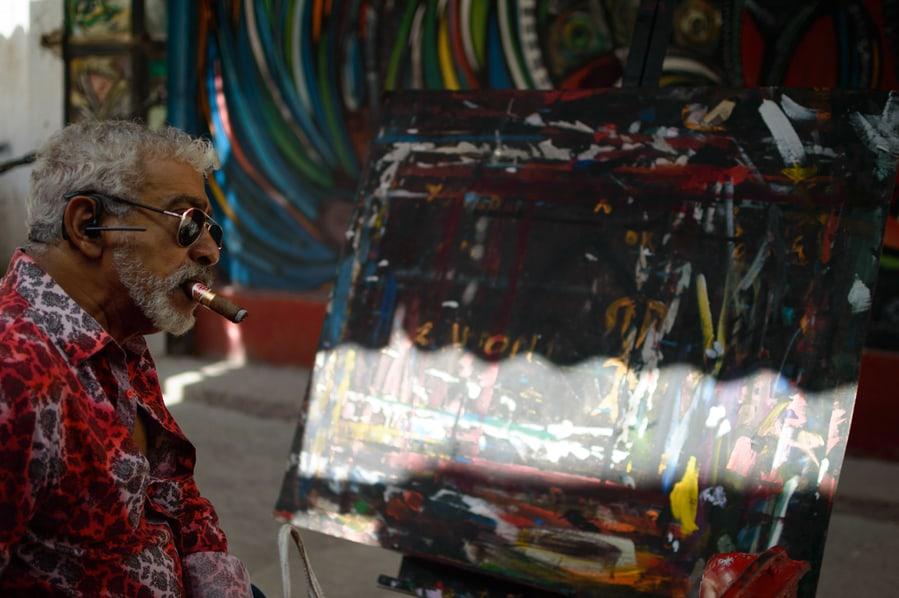 Salvador González Escalona pintando en callejón de hamel habana cuba