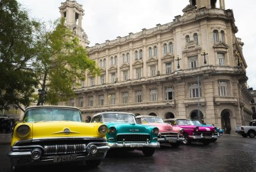 [:es]Coches viejos de colores La Habana Cuba[:en]Old colored cars Havana Cuba[:]