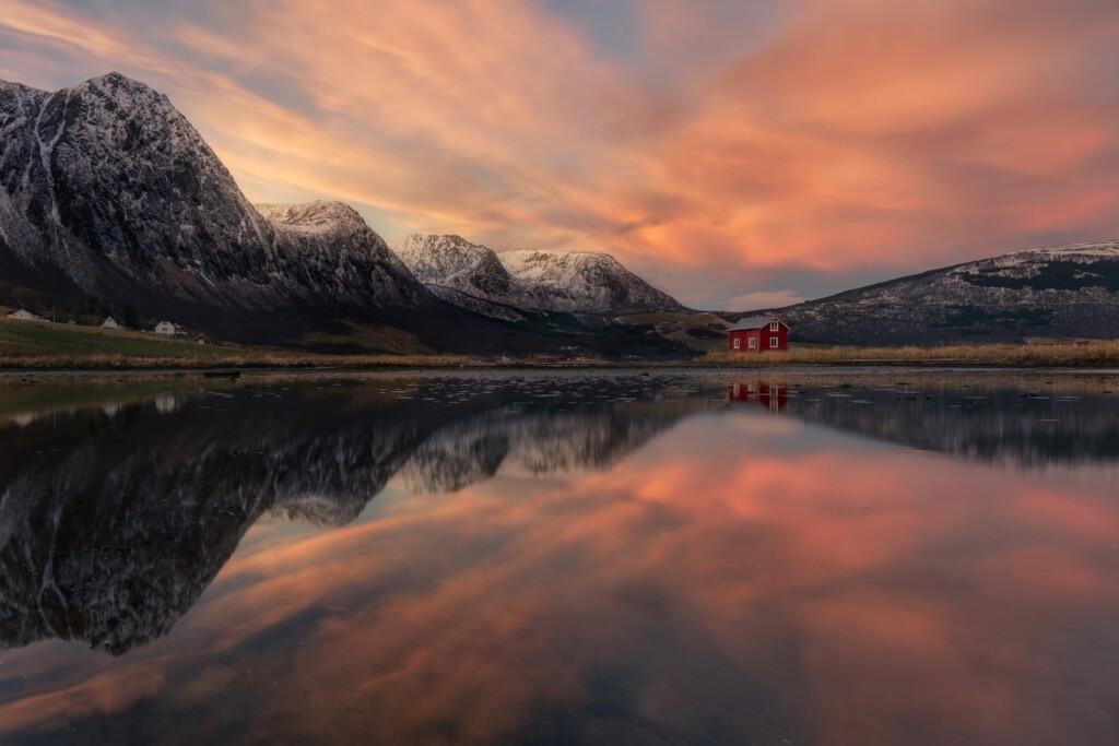 """Solitude Symmetry - <a href=""""https://capturetheatlas.com/es/viaje-fotografico-lofoten/"""">Islas Lofoten.</a> Noruega."""