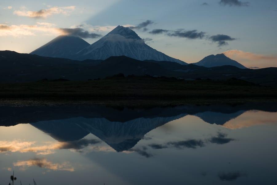 volcan Klyuchevskoy, kamen y Bezymianny reflejo lago viaje a kamchatka