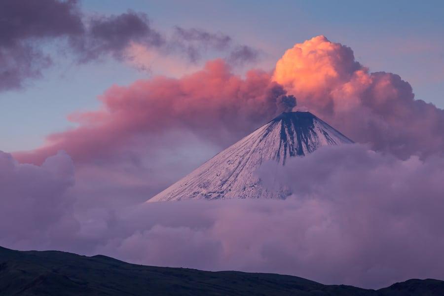 Viaje fotografico a Kamchatka amanecer en el volcan Kliuchevskoi con fumarola rosa