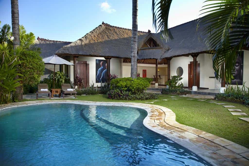 piscina de agua azul en un alojamiento en jimbaran