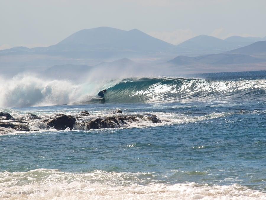 Hacer surf en La Graciosa, una actividad imprescindible