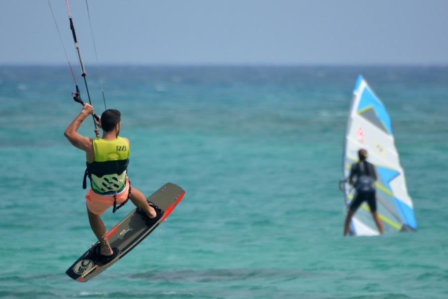 practicar windsurf y kitesurf los mejores deportes acuáticos de Fuerteventura Islas Canarias