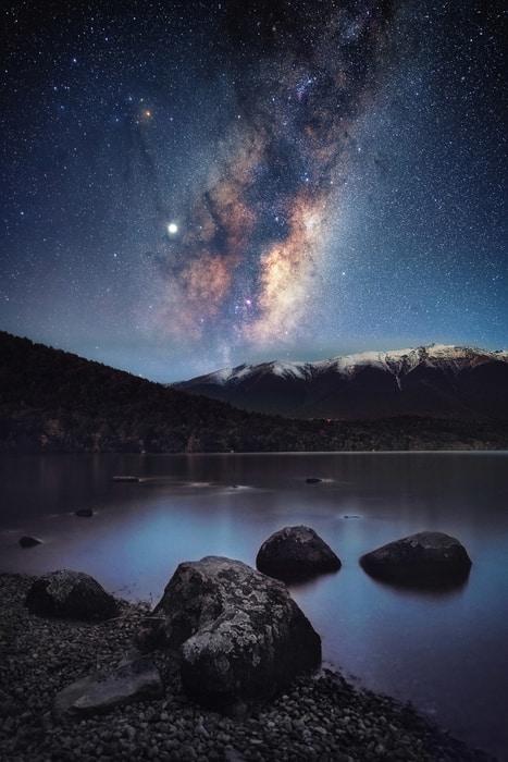 «Lake Rotoiti por la noche» – Mark Gee