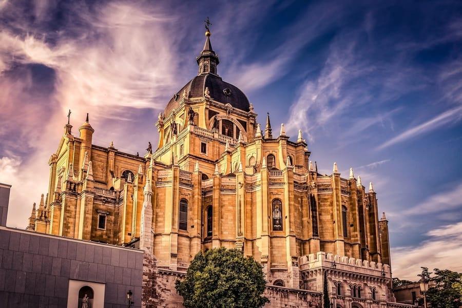 Catedral de la Almudena, sitios a donde ir en Madrid