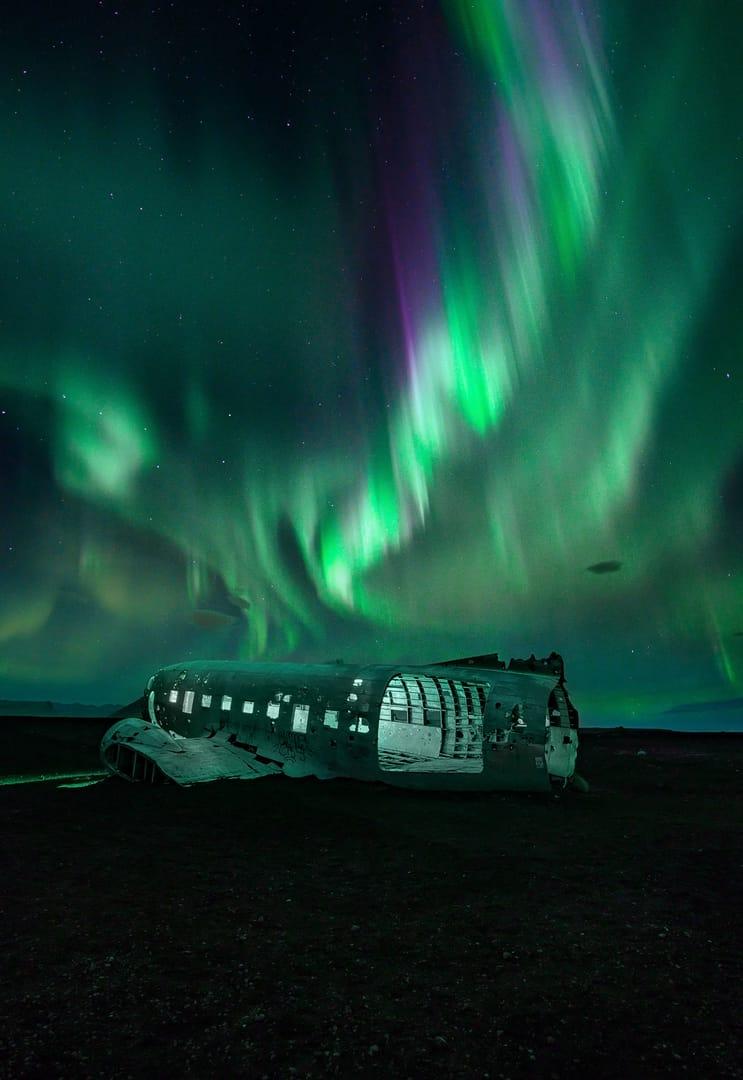 Aurora Boreal y avión en Islandia