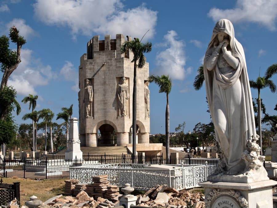 Santa Ifigenia Cemetery, the best thing to visit in Cuba