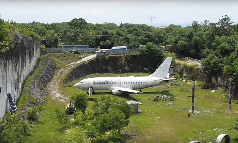 the abandoned plane, something curious to see in Bali