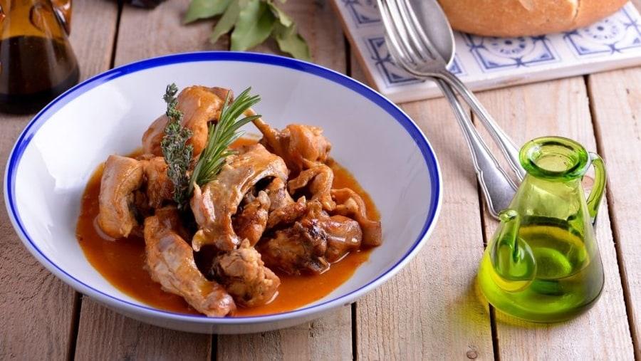 Conejo con salmorejo, comida típica de Canarias